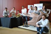 L'equip MotoSpirit amb la maqueta inicial del seu prototip