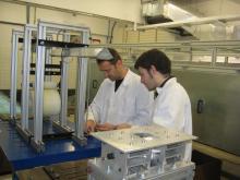 Dos investigadors treballant a un laboratori del campus de la UPC a Terrassa