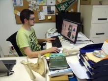 L'investigador Jordi Marcé-Nogué treballant amb mètodes de biomecànica computacional