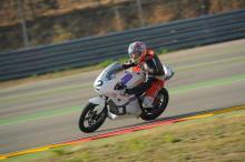 Toni Garcia pilotando la primera moto de competición de fibra de carbono