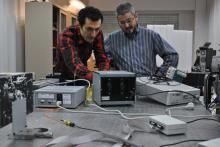 Reza Atashkhooei (esquerra) i Santi Royo treballant a un laboratori del CD6
