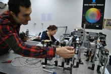 Dos investigadors del CD6 treballant al laboratori