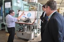 Un grup d'empresaris visita les instal.lacions d'un grup de recerca del Campus de la UPC a Terrassa