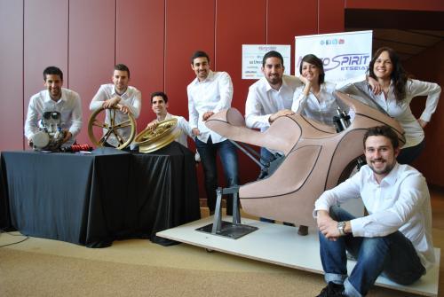 El equipo MotoSpirit con la maqueta inicial de la moto