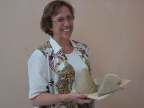 Margarita Calafell amb una mostra del nou material