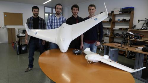 Els estudiants de la UPC amb el seu Ranger Drone