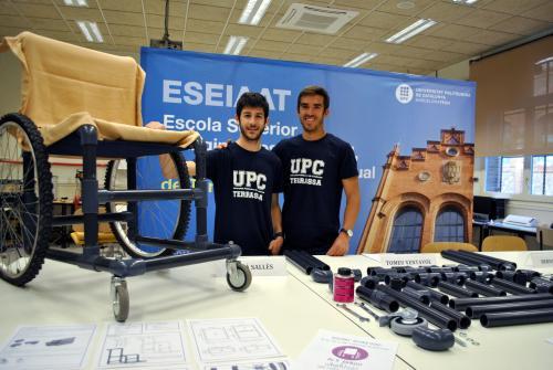 Adrià Sallès i Bernat Villa amb la seva cadira de rodes low cost