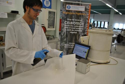 Oriol Cusola aplicant el seu compost biotecnològic
