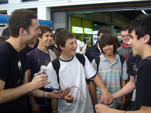 Dani Jiménez amb estudiants de secundària en una altra activitat de divulgació