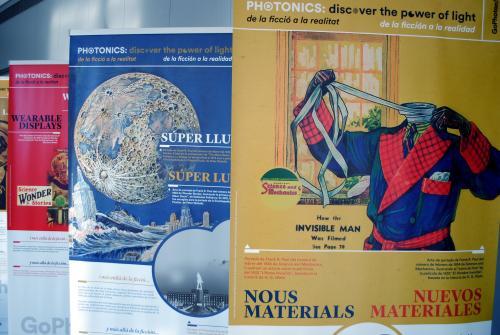 """Detalle de algunos de los posters de la exposición """"Fotónica: descubre el poder de la luz"""""""