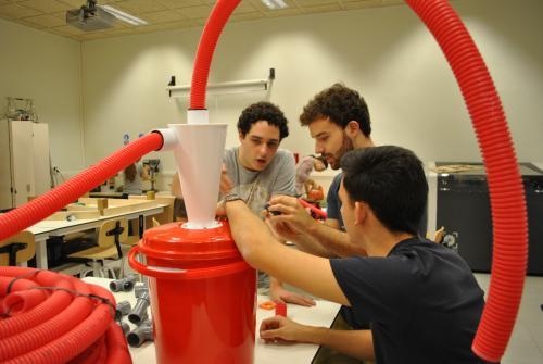 Estudiantes de la UPC trabajando en el FabLab Terrassa