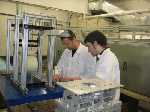 Dos investigadores trabajando en un laboratorio del campus de la UPC a Terrassa
