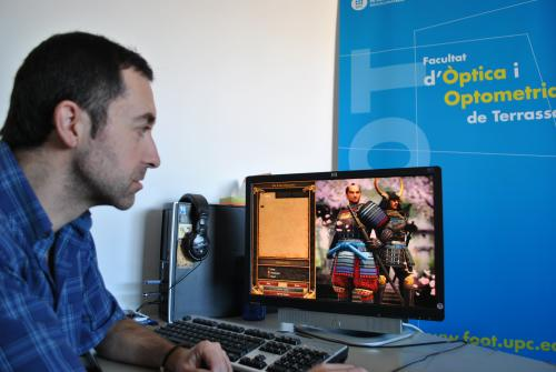 Genís Cardona davant d'un videojoc
