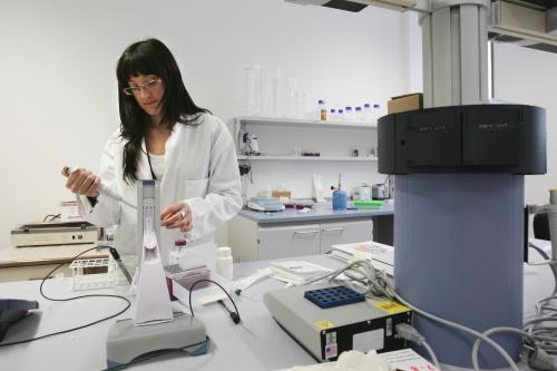 Investigadora a un laboratori del campus de la UPC a Terrassa
