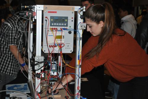 Una estudiant d'ESO enllesteix el seu projecte al Mercat de Tecnologia del Vallés