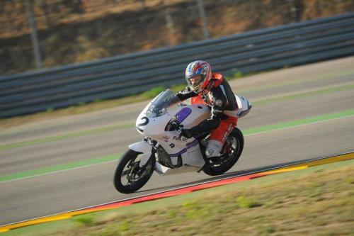 Toni Garcia pilotant la primera moto de competició de fibra de carboni