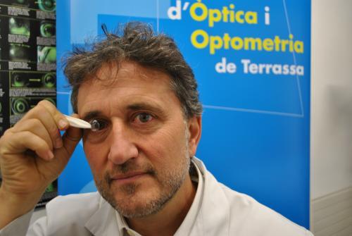 Jaume Pauné de la FOOT con la lentilla que frena la miopia