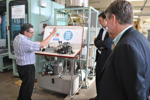 Un grupo de empresarios visita las instalaciones de un grupo de investigación del Campus de la UPC en Terrassa