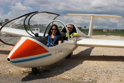 L'estudiant Estela Bragado y el professor Rafael Weyler a punt d'enlairar-se